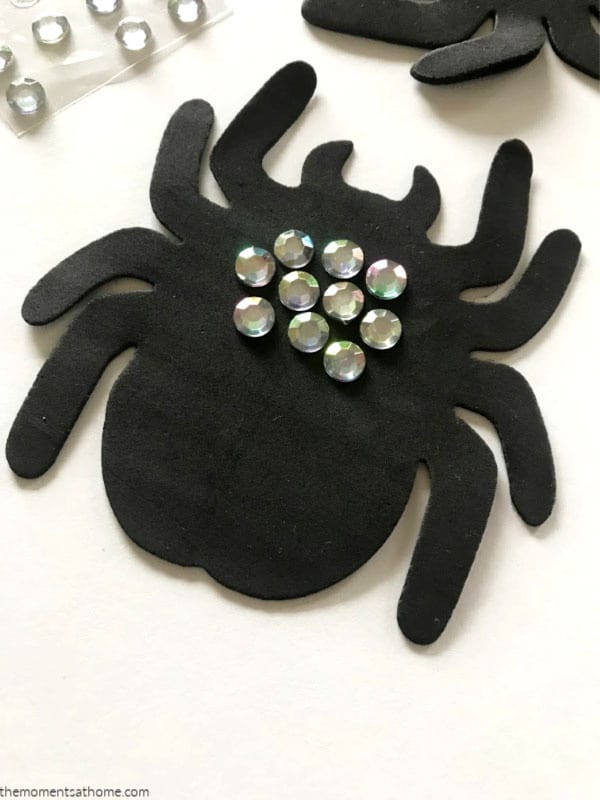 Simple spider craft for kids.